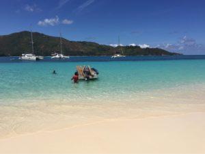 Boote am Strand der Seychellen Insel Curieuse