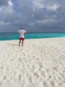 Dunkle Wolken, weisser Sand und türkisfarbenes Wasser auf La Digue, Seychellen