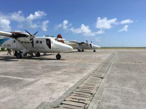 Propellerflugzeug am nationalen Flughafen von Mahe, Seychellen