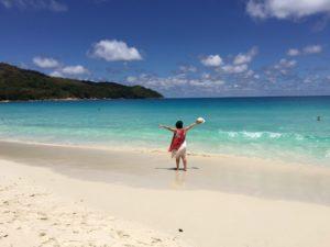 Frau am Strand Anse Lazio auf Praslin, Seychellen