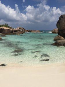Meerwasserschwimmbecken am Anse Coco, La Digue, Seychellen