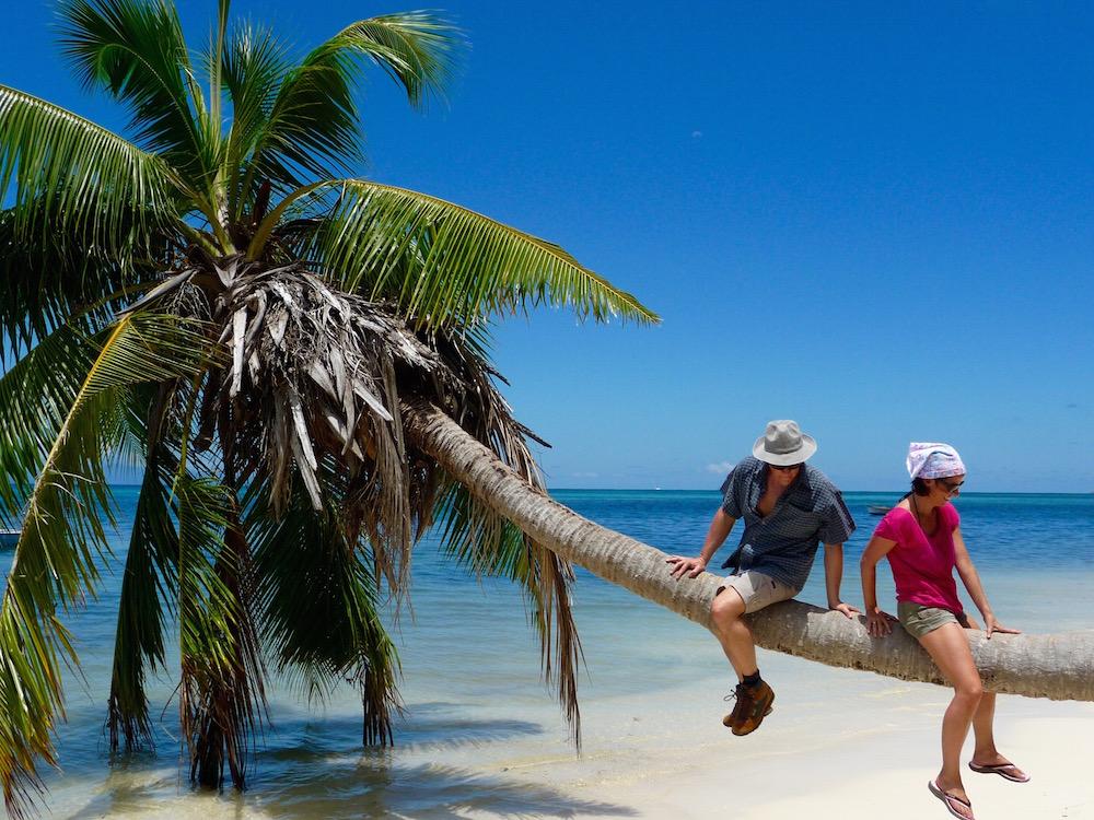 Praslin Tanja und Rene auf Palme seychellen-reisetipps