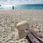 Sonnenhut am Strand von Praslin, Anse Gorgette, Seychellen