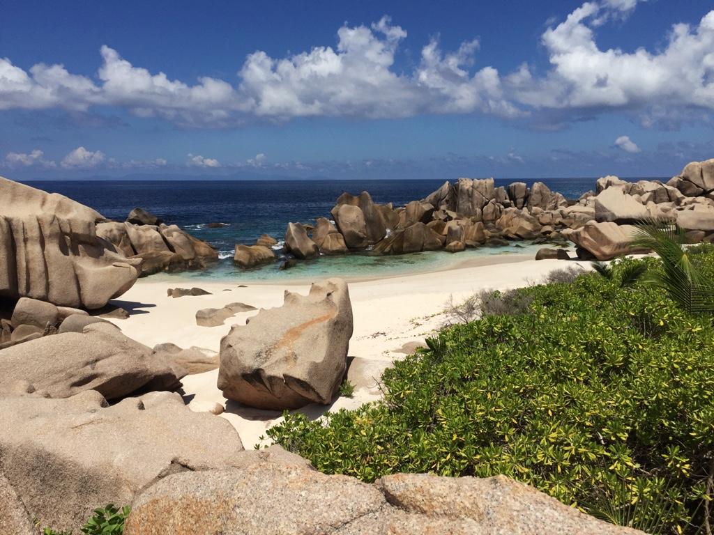 Steine und Strand auf der Südumrund La Digue seychellen-reisetipps
